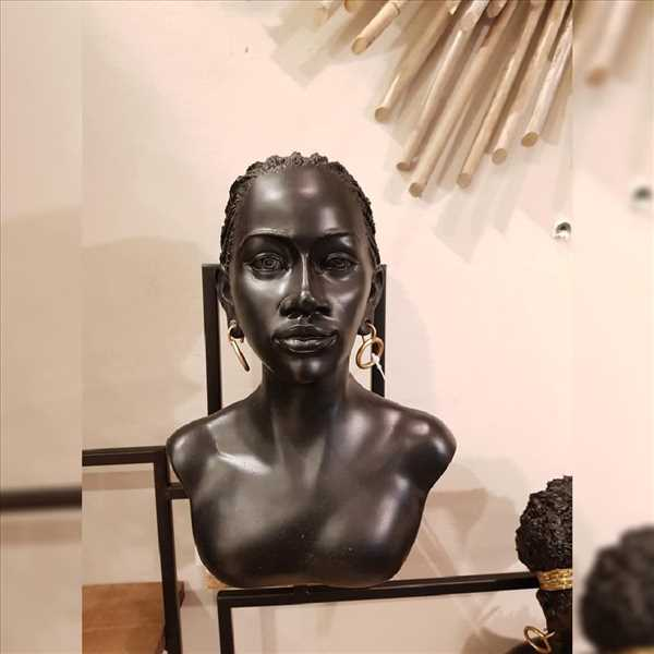 פסל אישה אפריקאית עם עגילים SOLD OUT