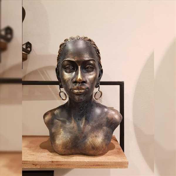 פסל אישה אפריקאית זהב עם עגילים SOLD OUT